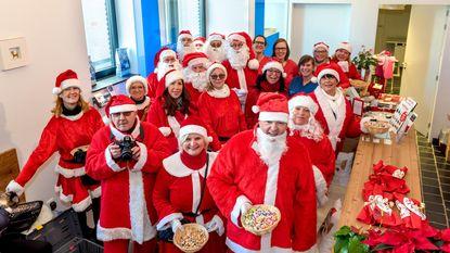 Kerstmannen bezoeken handelaars