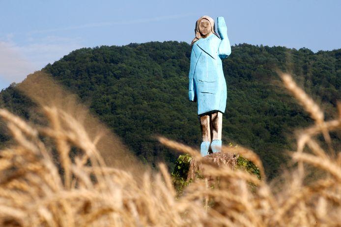 Het standbeeld van Melania tijdens de onthulling, nu bijna precies een jaar geleden, in Slovenië.