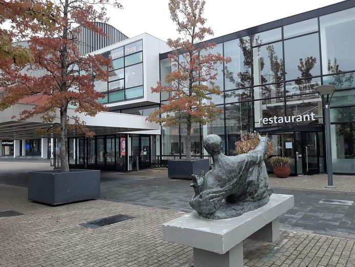 De entree van de Tilburgse schouwburg met rechts daarvan restaurant Lucebert.
