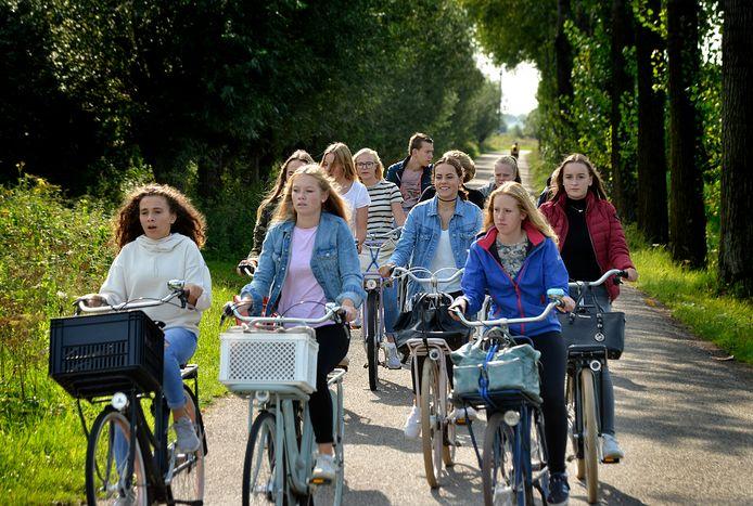 Foto ter illustratie: fietsende scholieren elders in het land.