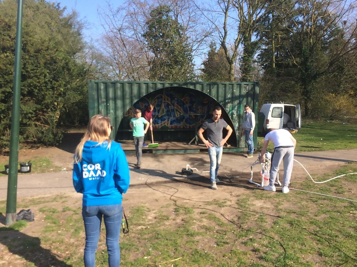 Jongeren knappen eigenhandig de hangplek in het Boudriepark in Budel op. Ze krijgen daarbij ook nog hulp van lokale ondernemers.