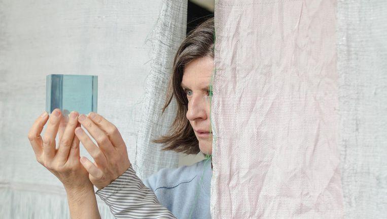 Hella Jongerius onderzoekt in Berlijn de werking van kleur op materialen. Beeld Roel van Tour
