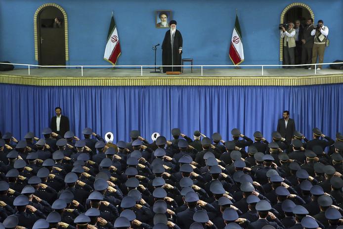 De Iraanse geestelijk leider Ali Khamenei spreekt in Teheran luchtmachtofficieren toe.
