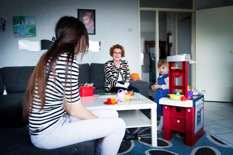 Een jeugd- en gezinscoach op bezoek bij een gezin in Rotterdam. Beeld Robin Utrecht / Nederlandse Freelancers