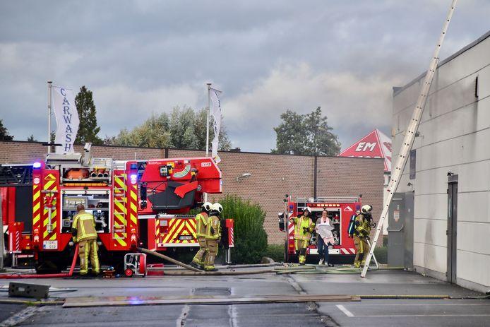 Bij aankomst van de brandweer ontsnapte nogal wat rook uit verluchtingsroosters aan de zijkant van het gebouw.