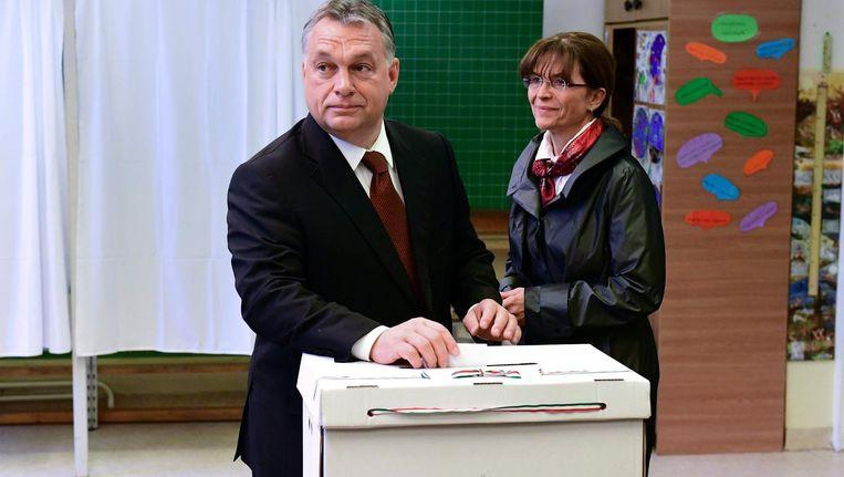 Premier Orban brengt samen met zijn vrouw zijn stem uit. Beeld afp