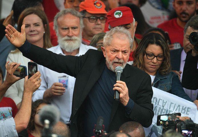 Lula a été condamné pour corruption et a pu sortir de prison vendredi après 19 mois de détention, au lendemain d'un arrêt de la Cour suprême concernant près de 5.000 prisonniers, au grand dam de la droite