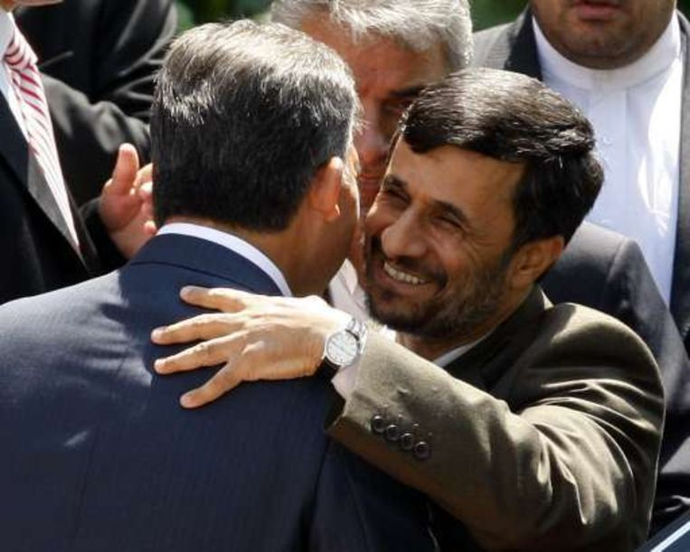 Ahmadinejad (R) omhelst zijn Turkse collega Abdullah Gul.