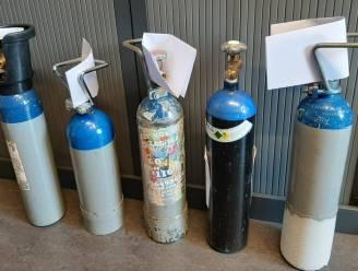 Defect achterlicht én sissend geluid verraden lachgasverkopers: 100 flessen in kofferbak