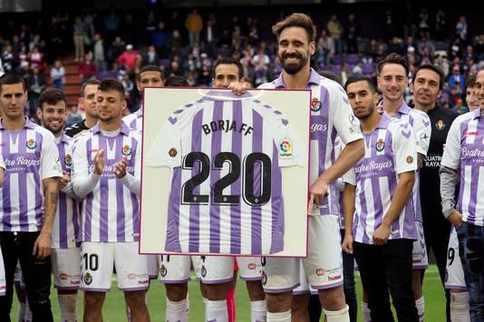 Borja Fernandez wordt gehuldigd na het duel met Valencia. Hij speelde zijn laatste wedstrijd als profvoetballer