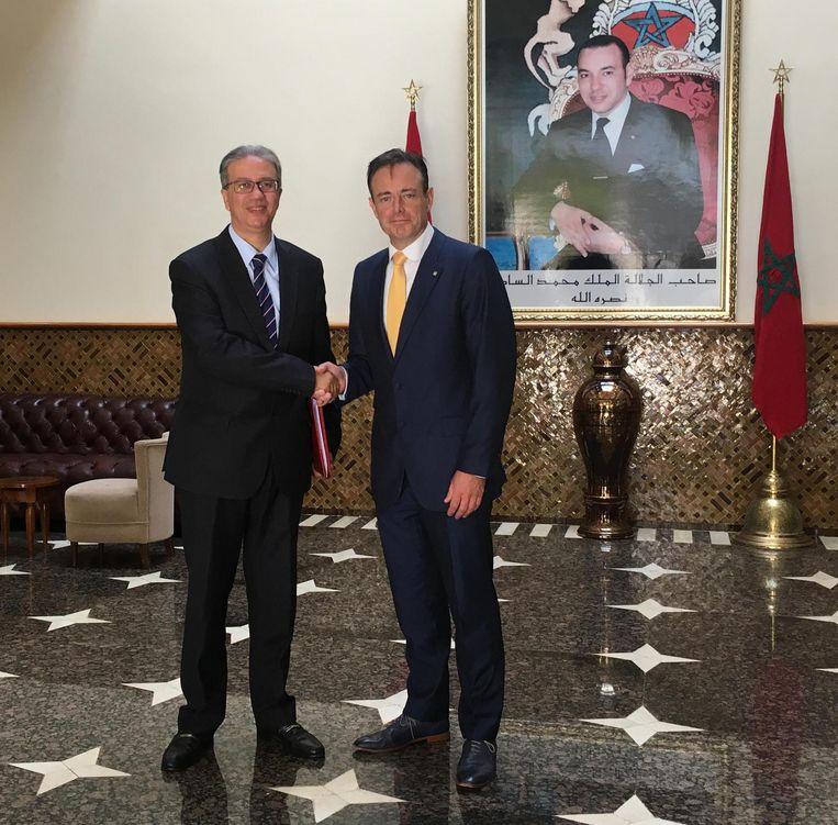 De Wever schudt de hand van consul-generaal Karim Lahlou op het ministerie van Binnenlandse Zaken in Marokko.
