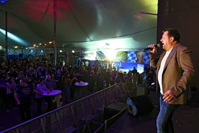 Hazes-medley alsnog gezongen in Oosterhout: 'Mensen, we zeggen; proost op André!'