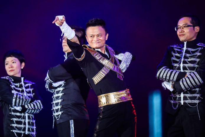 Personnage excentrique, Jack Ma, le fondateur du géant chinois Alibaba, aime se produire sur scène, imitant parfois Michael Jackson.