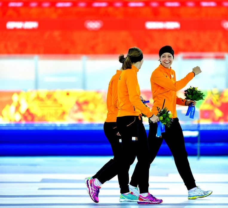 Jorien ter Mors heeft plezier met Ireen Wüst en Lotte van Beek na de huldiging van de 1500 meter. Beeld Klaas Jan van der Weij / de Volkskrant