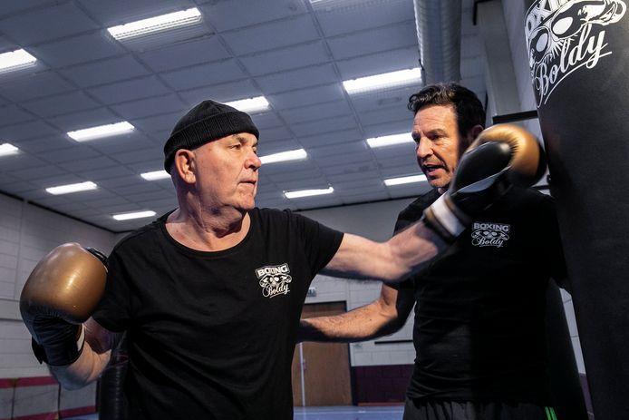 """Leon geef zijn vader Harry die Parkinson heeft, bokstraining: ,,Je moet kleine stapjes zetten. Geduld is een pre."""""""
