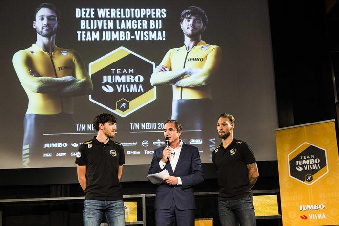Kjeld Nuis en Patrick Roest (links) in gesprek met Hein Vergeer tijdens de presentatie van schaatsploeg Jumbo-Visma.