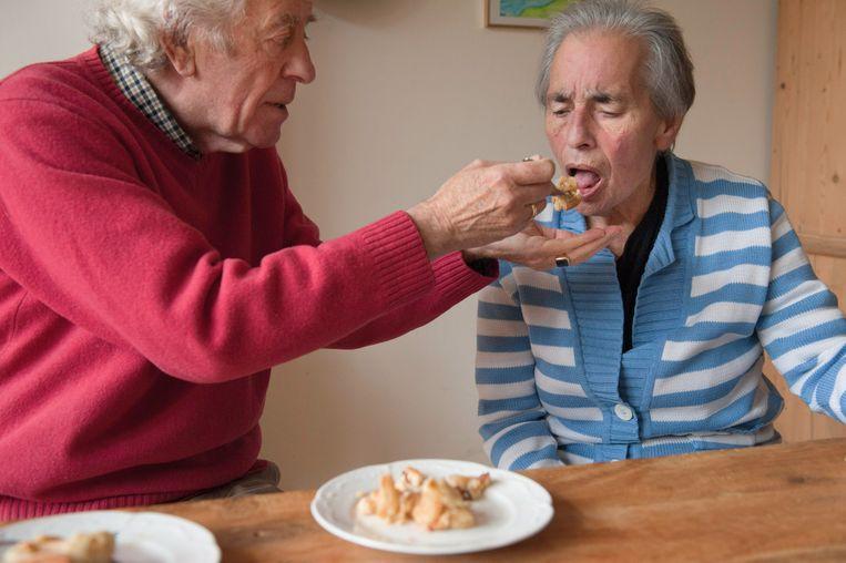 Een mantelzorger bekommert zich om een familielid. In Sint-Niklaas worden mantelzorgers deze maand uitgenodigd op een speciale 'mantelzorgmiddag'.