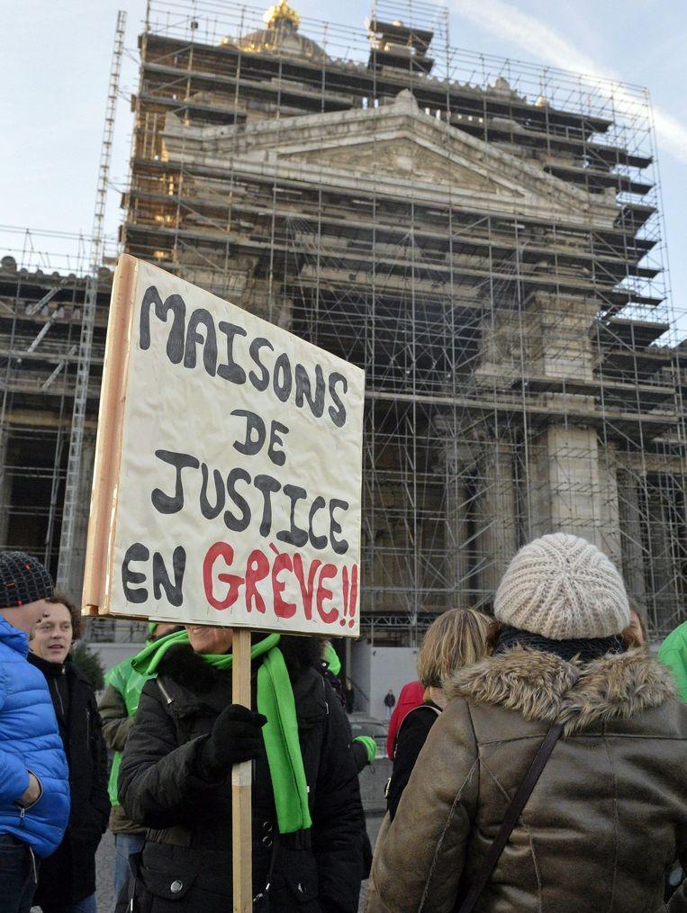 Staking justitieambtenaren voor het Justitiepaleis in Brussel, dat wordt gerenoveerd een project dat door geldgebrek eindeloos uitloopt. Beeld Photo Agency