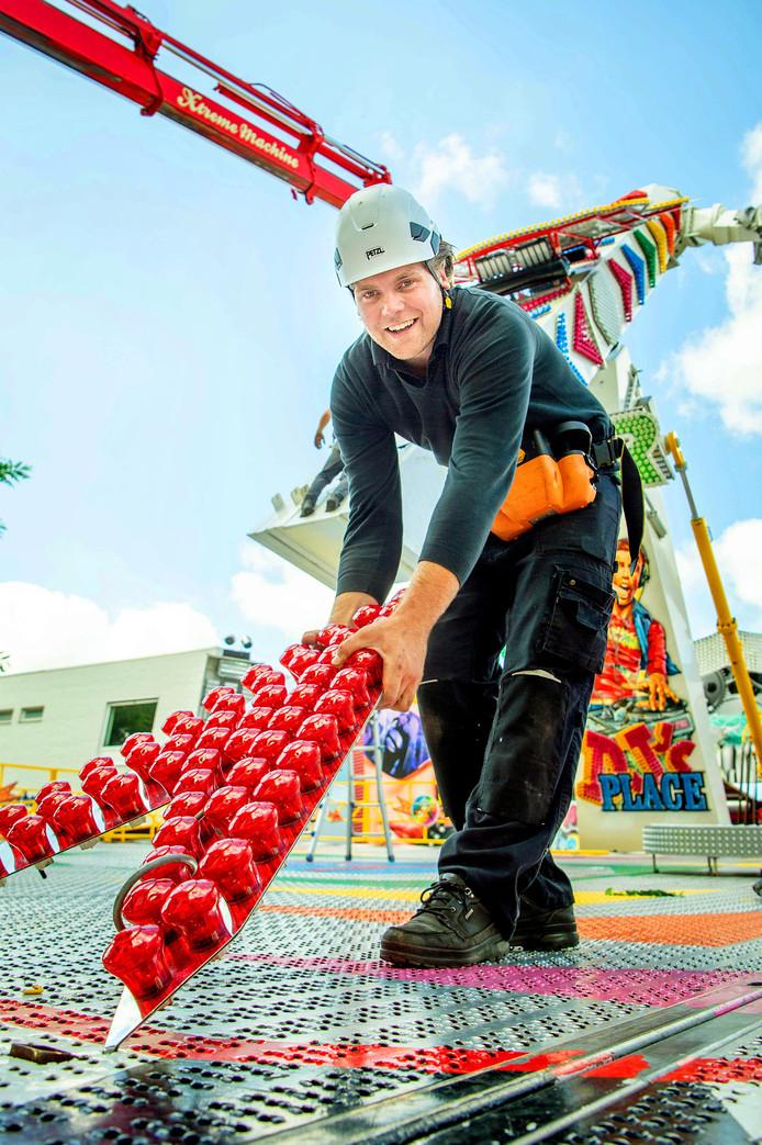 Mike Hoefnagels is druk bezig met het opbouwen van de attractie.