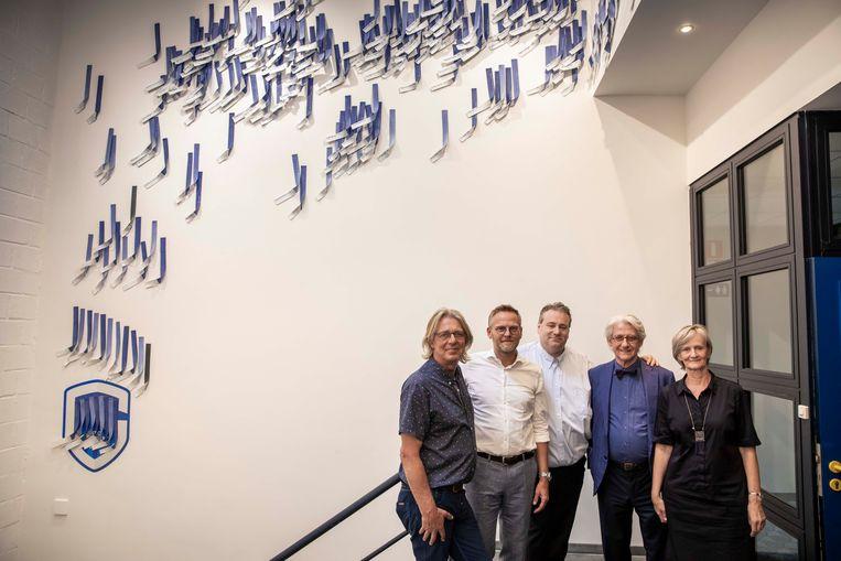 10 projecten vanuit KRC Genk rond kinderarmoede.  Vlnr : Marc Hardy, Peter Croonen, Erik Gerits, Piet Stockmans en Schepen Ria Grondelaers aan het werk van Piet Stockmans.