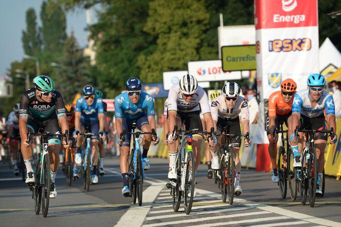 Pascal Ackermann kijkt naar de winnaar Mads Pedersen.
