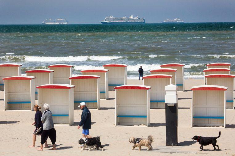 Voor de kust van Katwijk liggen drie grote cruiseschepen voor anker. Vanaf het strand zijn de drijvende hotels goed te zien. Beeld Arie Kievit