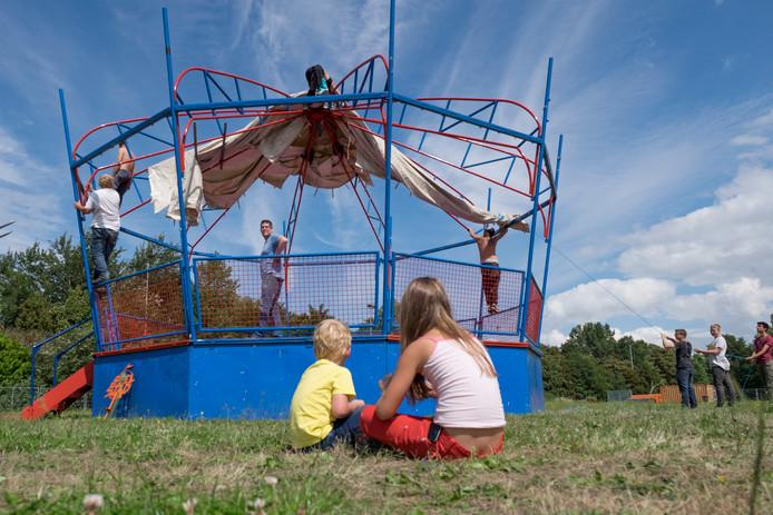 De tenten worden opgebouwd achter de oude atletiekbaan aan het Baskensburgplein.