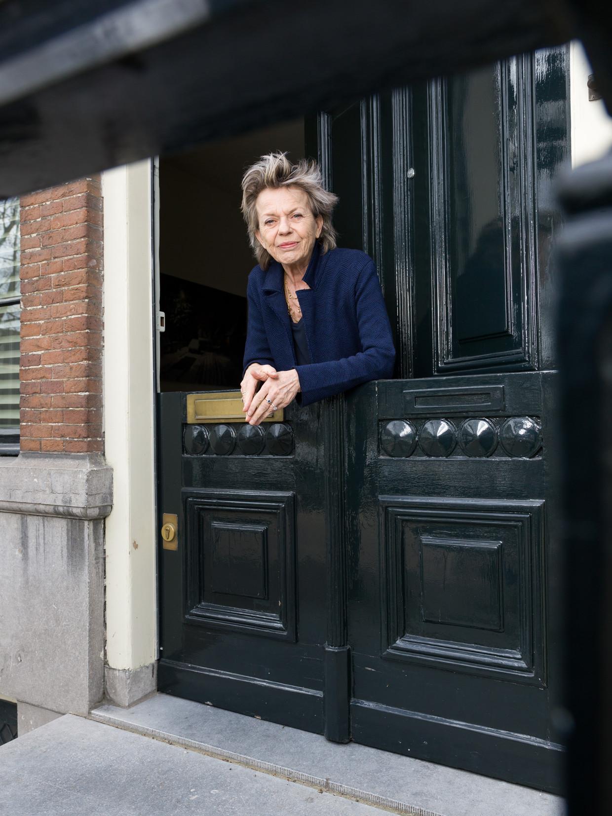 Connie Palmen in haar deuropening. Beeld Ivo van der Bent