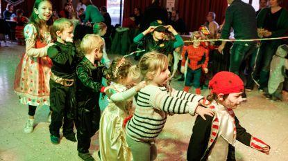 Kinderen bouwen carnavalsfeestje