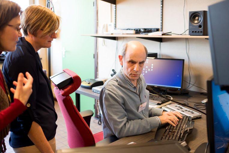 De blinde studiomeester Ronny Delwiche aan het werk.