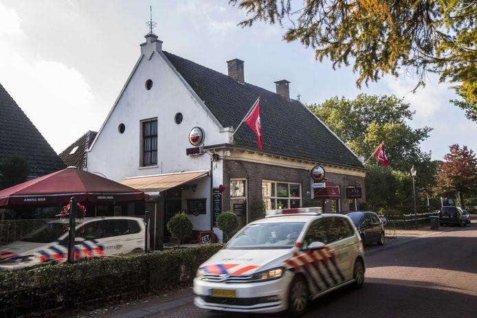 Nadat de politie in café de Kastelein sprak met zoon Jan brachten ze hem naar huis. Agenten vonden het onverstandig om in het holst van de nacht ook meteen een inval te doen.