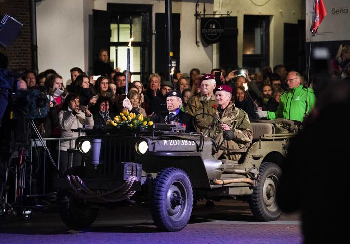 Veteranen worden rondgereden in Wageningen, op 4 mei 2019.