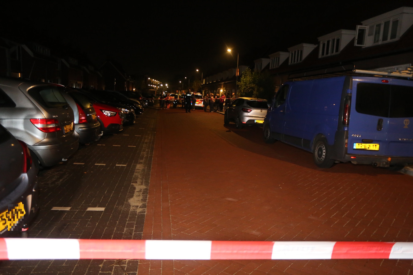 De politie onderzoekt in de Hoekkampstraat in Den Bosch onder meer de gevonden kogelhuls.