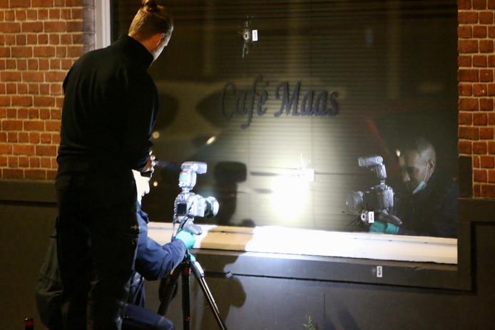 De politie doet onderzoek naar de kogelgaten