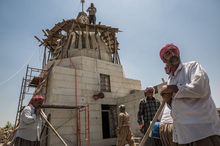 Yezidi's herbouwen een tempel in Bashiqa.  Beeld DPA