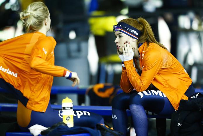 Antoinette de Jong en Carlijn Achtereekte na de 5000 meter op het WK allround.