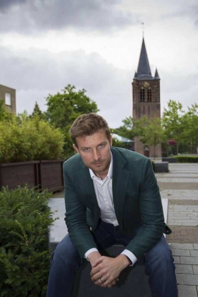 Tom van den Nieuwenhuijzen op het Raadhuisplein, hartje Son en Breugel. foto Kees Martens