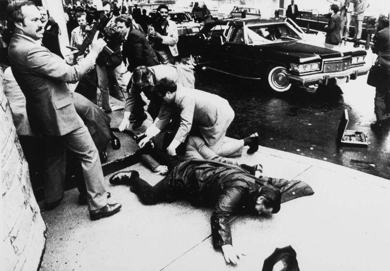 Foto van de aanslag op president Reagan op 30 maart 1981. Beeld Popperfoto/Getty Images