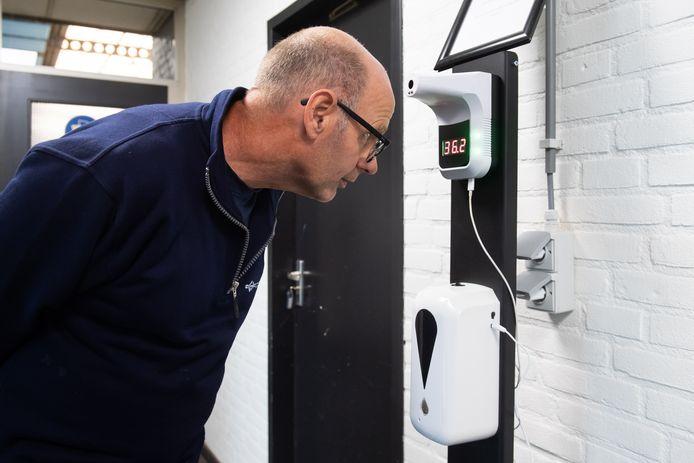Bij Container Service C. Groenenboom kan het personeel de temperatuur meten, om te bekijken of men koorts heeft.