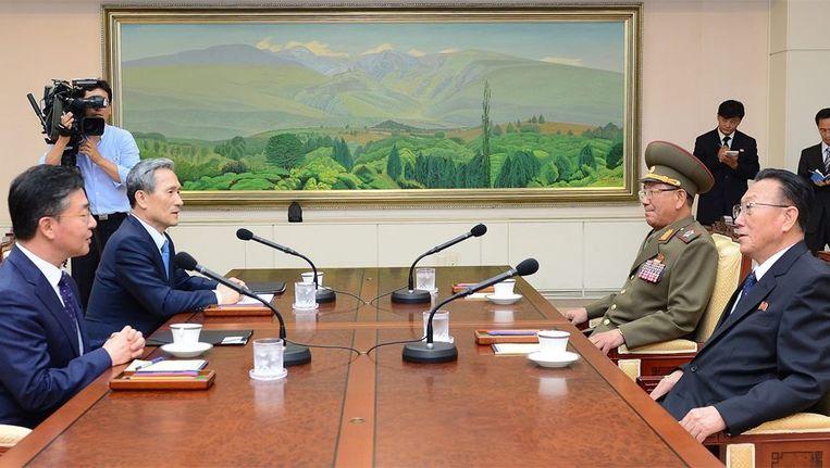 De Zuid-Koreaanse veiligheidsadviseur Kim Kwan-jin, de Zuid-Koreaanse minister van Eenwording Hong Yong-pyo, de Noord-Koreaanse Kim Yang-gon en de Noord-Koreaanse officier Hwang Pyong-so tijdens de besprekingen. Beeld EPA