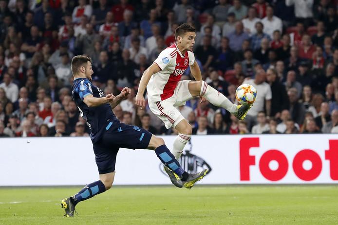 Matus Bero duelleert voor Vitesse met Ajacied Dusan Tadic.