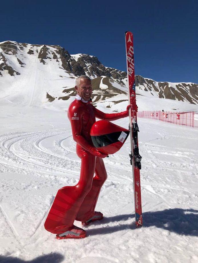 Joost Vandendries heeft een speciale speedski-uitrusting, zoals stroomlijnpakken aan de benen.