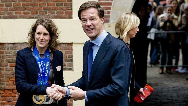 Ireen Wüst wordt verwelkomd door premier Mark Rutte tijdens de huldiging van de olympische sporters. Beeld anp