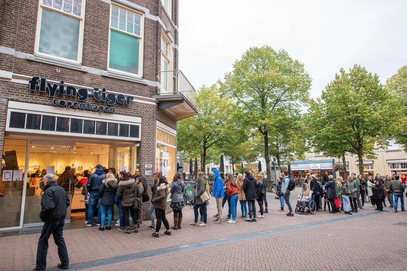Lange Rijen Voor Koopjes Bij Flying Tiger In Apeldoorn Foto