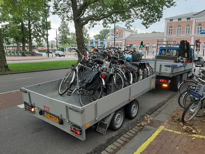 De fietsen gaan op een aanhanger en naar het depot. Met het strenge optreden wil de gemeente wildparkeren tegengaan.