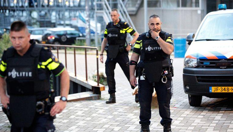 Politie grendelt de evenementenhal Maassilo af in verband met een terreurdreiging. Het concert van de Amerikaanse band Allah-Las in Rotterdam werd afgelast op 23 augustus Beeld anp