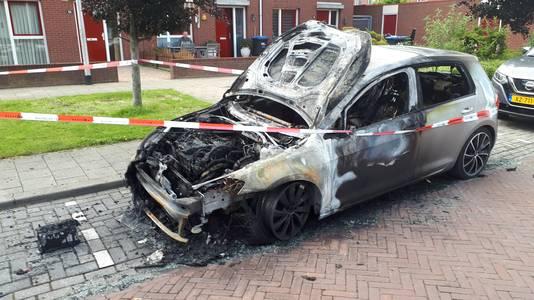 De uitgebrande Volkswagen Golf aan de Varenstraat in Nijmegen.
