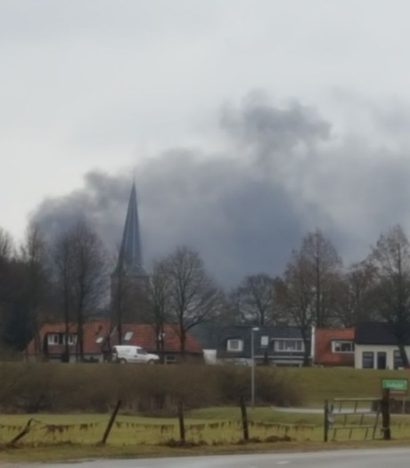 Verwoestende brand in houtloods in Wijhe mogelijk aangestoken