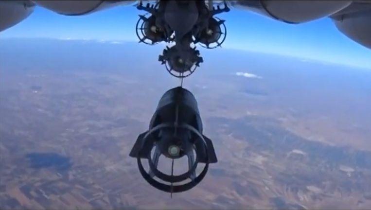 Een beeld van het Russische defensieministerie toont hoe een Russische bommenwerper zijn lading dropt boven Syrië.