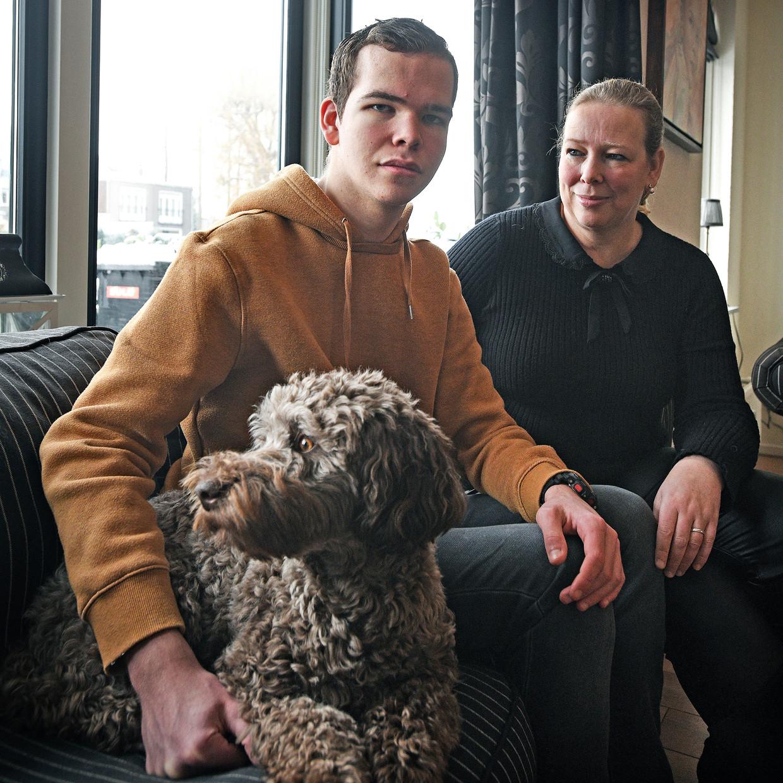 Benjamin samen met zijn moeder Elise Van den Dikkenberg. Beeld Guus Dubbelman / de Volkskrant